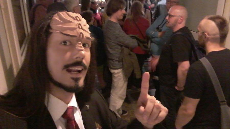 Klingonischlehrer Lieven Litaer vor einer Menschenmasse auf der FedCon