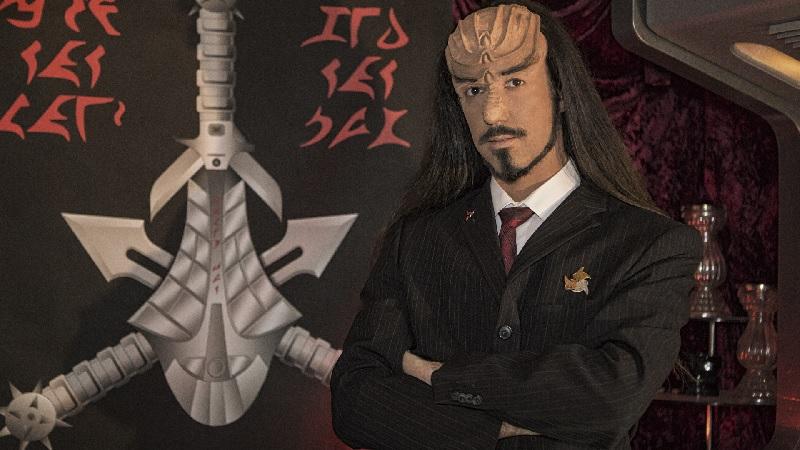 Klingonischlehrer Lieven L. Litaer vor der klingonischen Kulisse